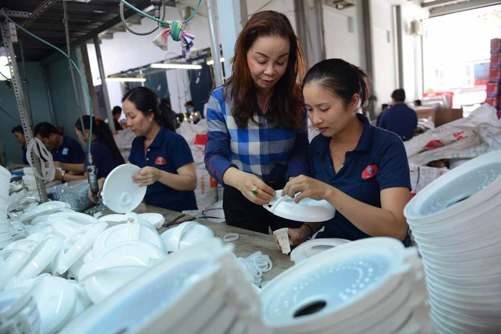 quan tâm công Nhân gia công và sản xuất tại cơ sở sản xuất